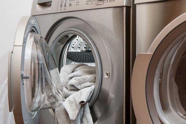 Máquina de lavar e secar com toalhas na parte interna