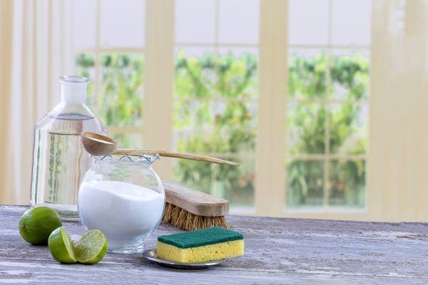 अपनी खिड़कियों के चैनल के अंदर जमी धूल को कैसे साफ़ करें | क्लीएनीपीडिया