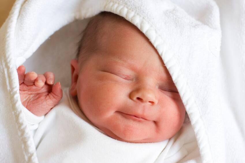 tắm nắng giúp bé ngủ ngon, thúc đẩy phát triển hệ tiêu hóa