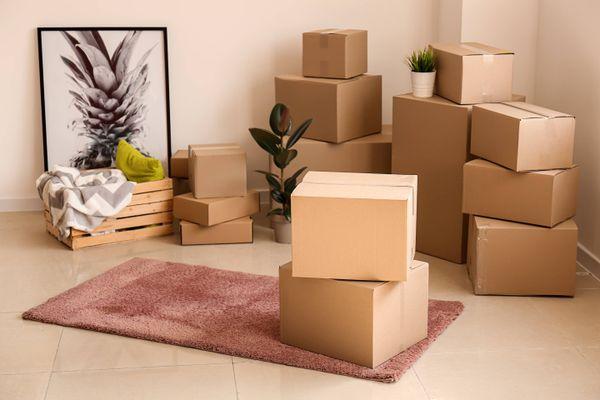 cartons empilés dans une pièce