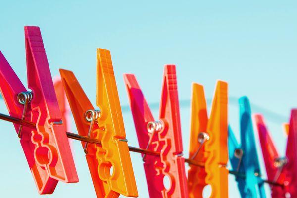 Wäscheklammern hängen an einem Faden