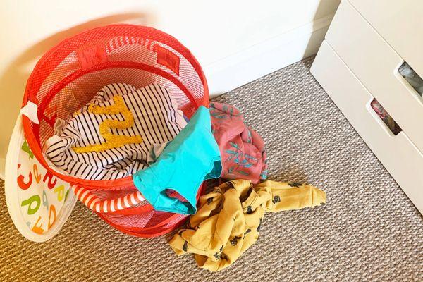 cesto de la ropa que contiene ropa sucia