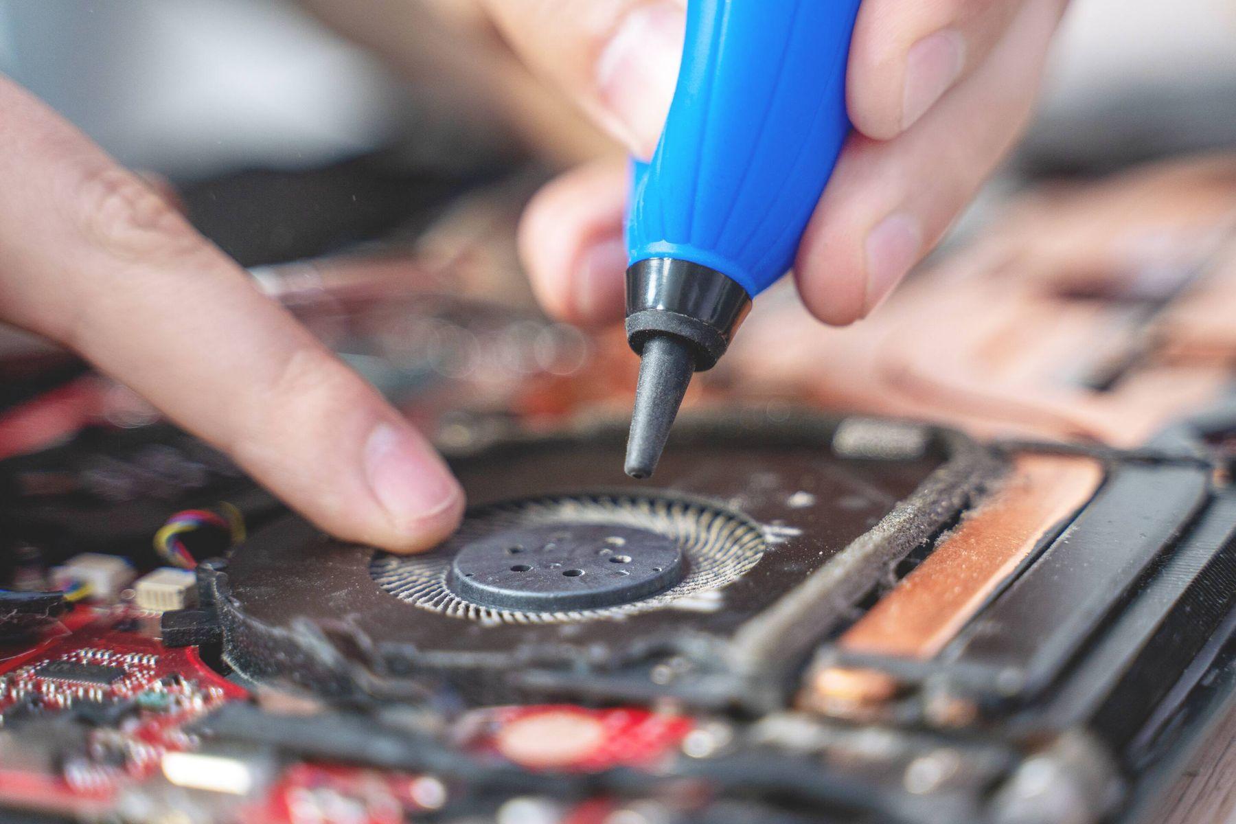 Dùng ống nén khí để thổi bụi bẩn hệ thống bộ tản nhiệt bên trong laptop