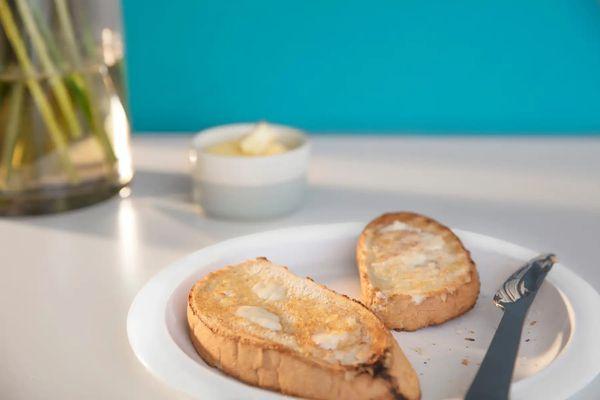 Tostadas sobre mesa frente a una pared azul