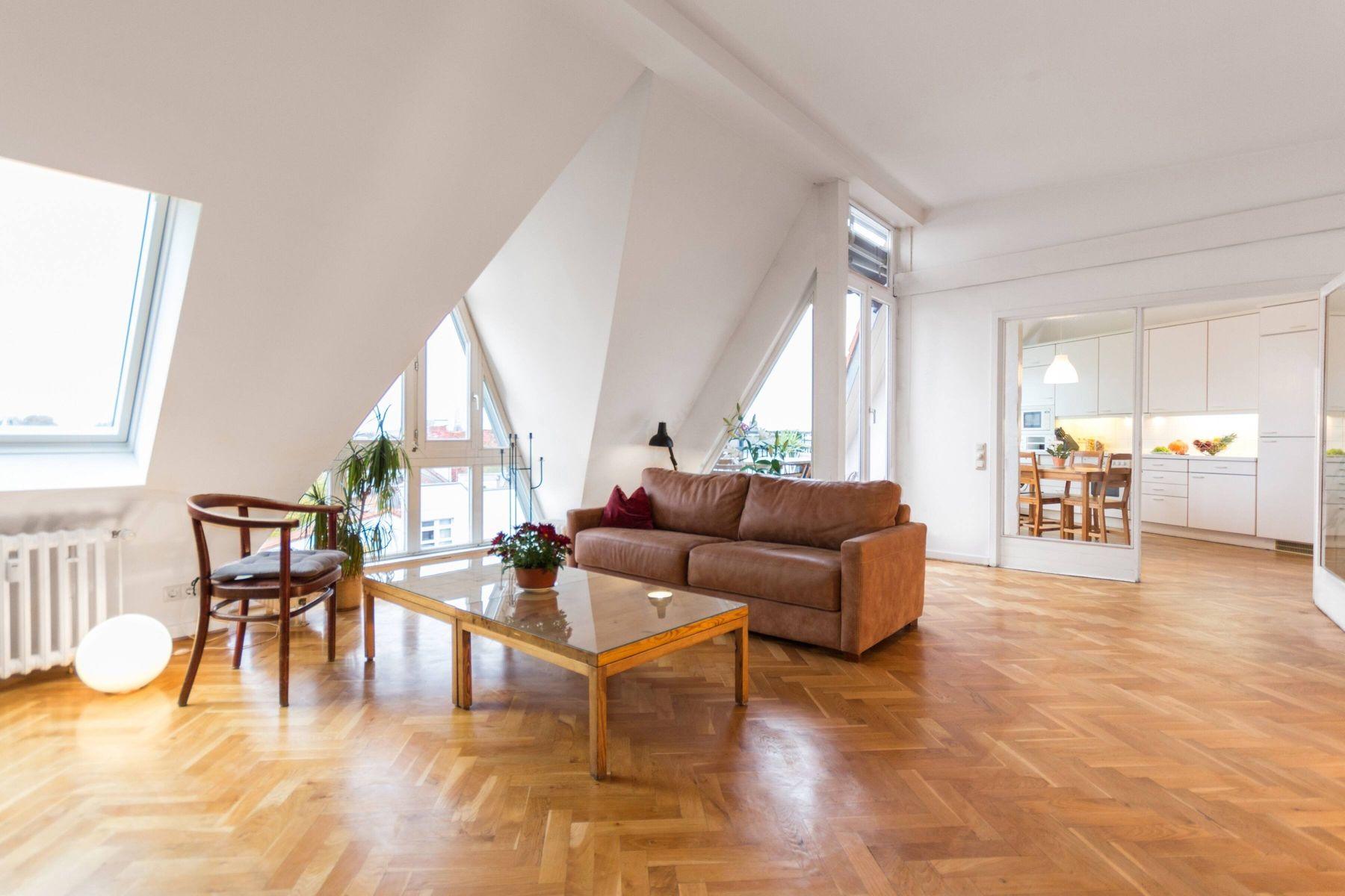 Phòng khách nhà ống với thiết kế nhiều cửa sổ