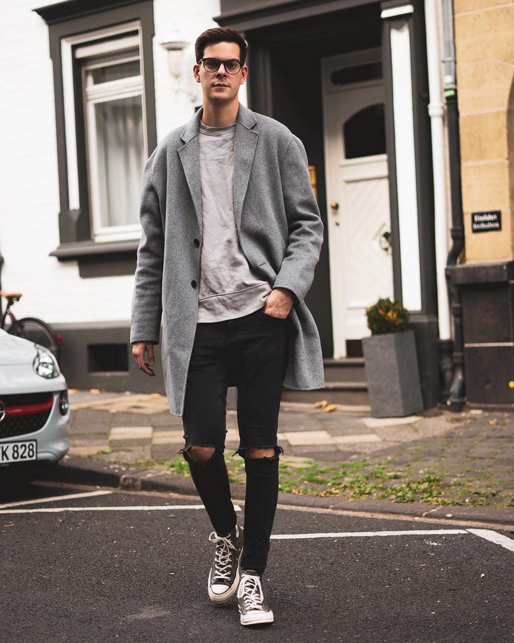 Phối áo khoác dài với giày converse cổ cao