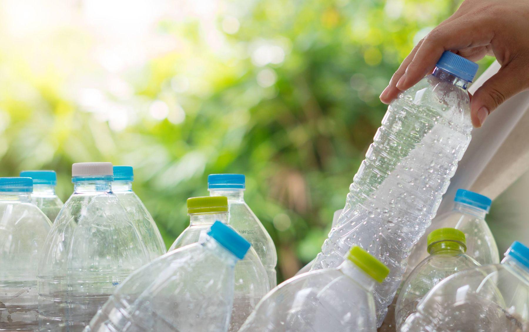 Dùng chai nhựa thông bồn cầu