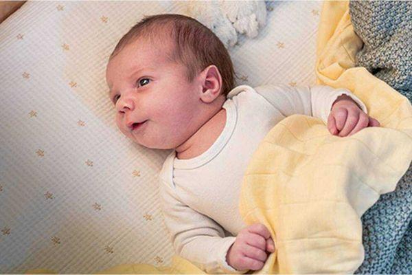 Trẻ sơ sinh bị hăm ở cổ