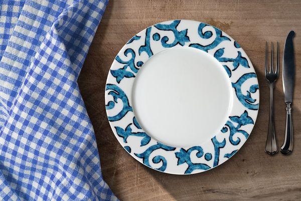 Khử mùi thức ăn bám trên khăn trải bàn trắng dễ như không