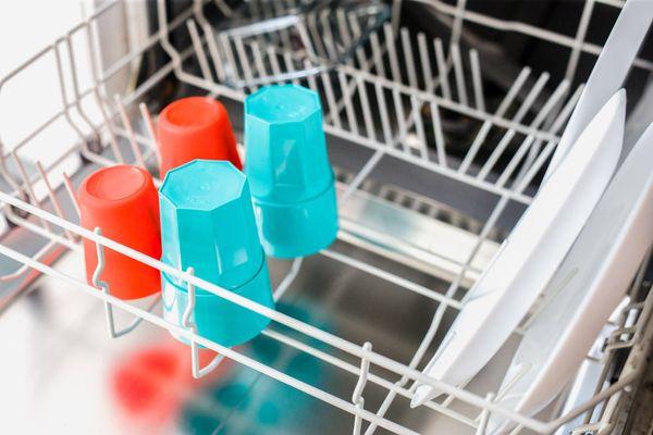czerwone i niebieskie plastikowe kubki w zmywarce