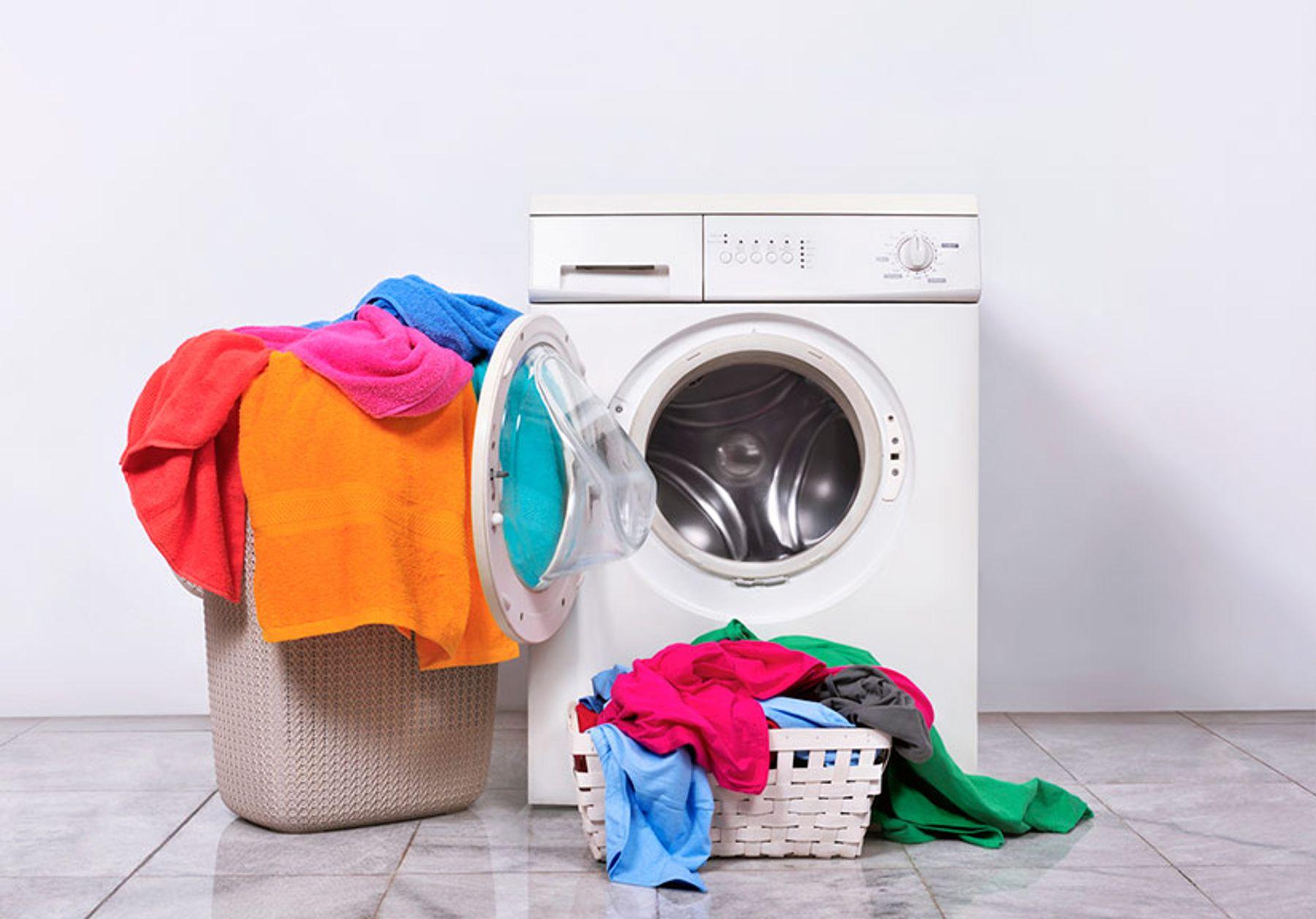 Cách làm khô quần áo nhanh là giặt đúng khối lượng máy giặt quy định