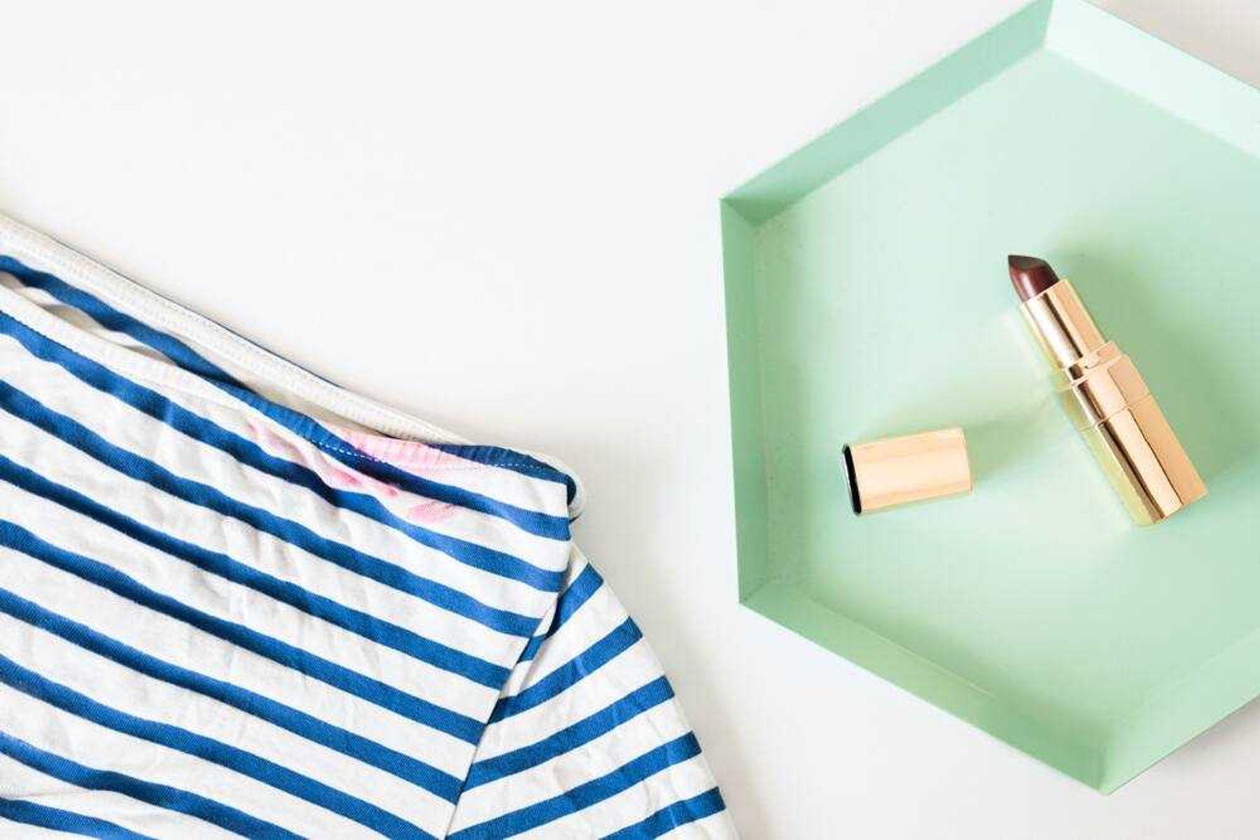 Camisa listrada com mancha de batom