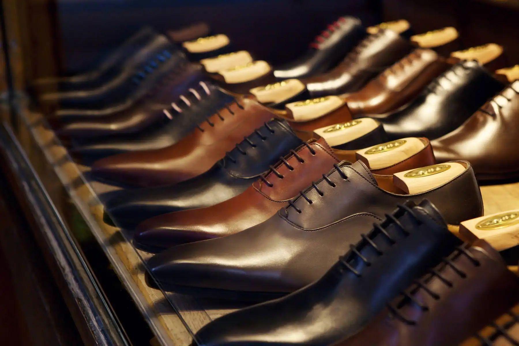 Zapatos de cuero oscuro en armario
