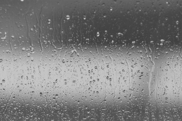 Làm ngay 3 việc này để phòng ngủ không bị ẩm mốc vào mùa mưa