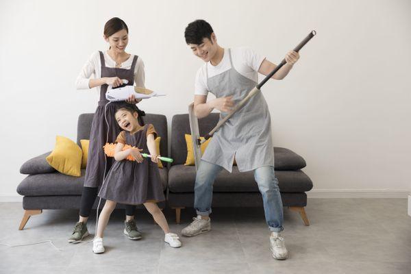 Tạo cho trẻ bầu không khí vui tươi khi dọn dẹp nhà cửa đón tết