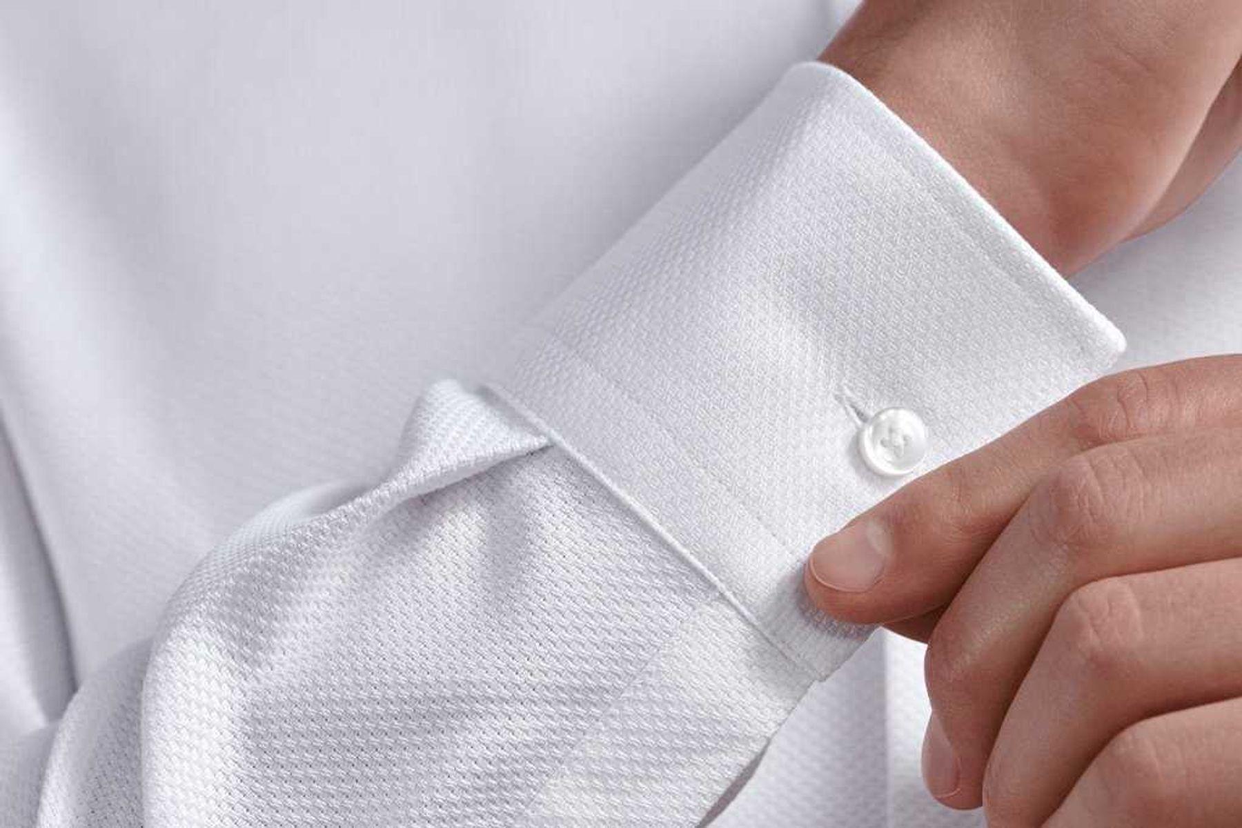Step 2: Không thể dùng chất tẩy hay nước tẩy để làm sạch vết bẩn trên sợi vải tổng hợp