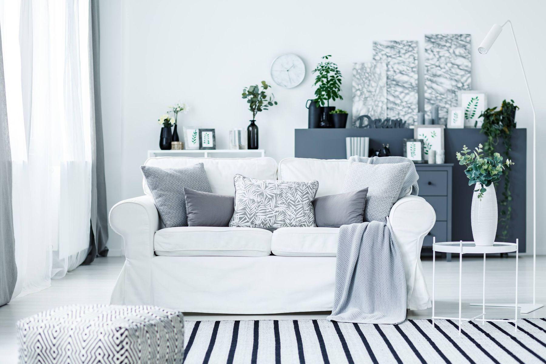casa blanca con sillon y almohadones