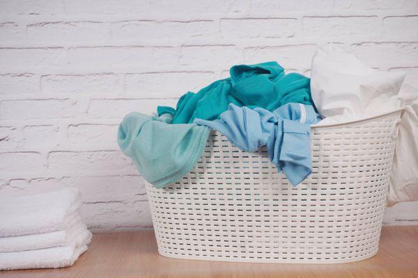Como lavar as roupas coloridas sem desbotar