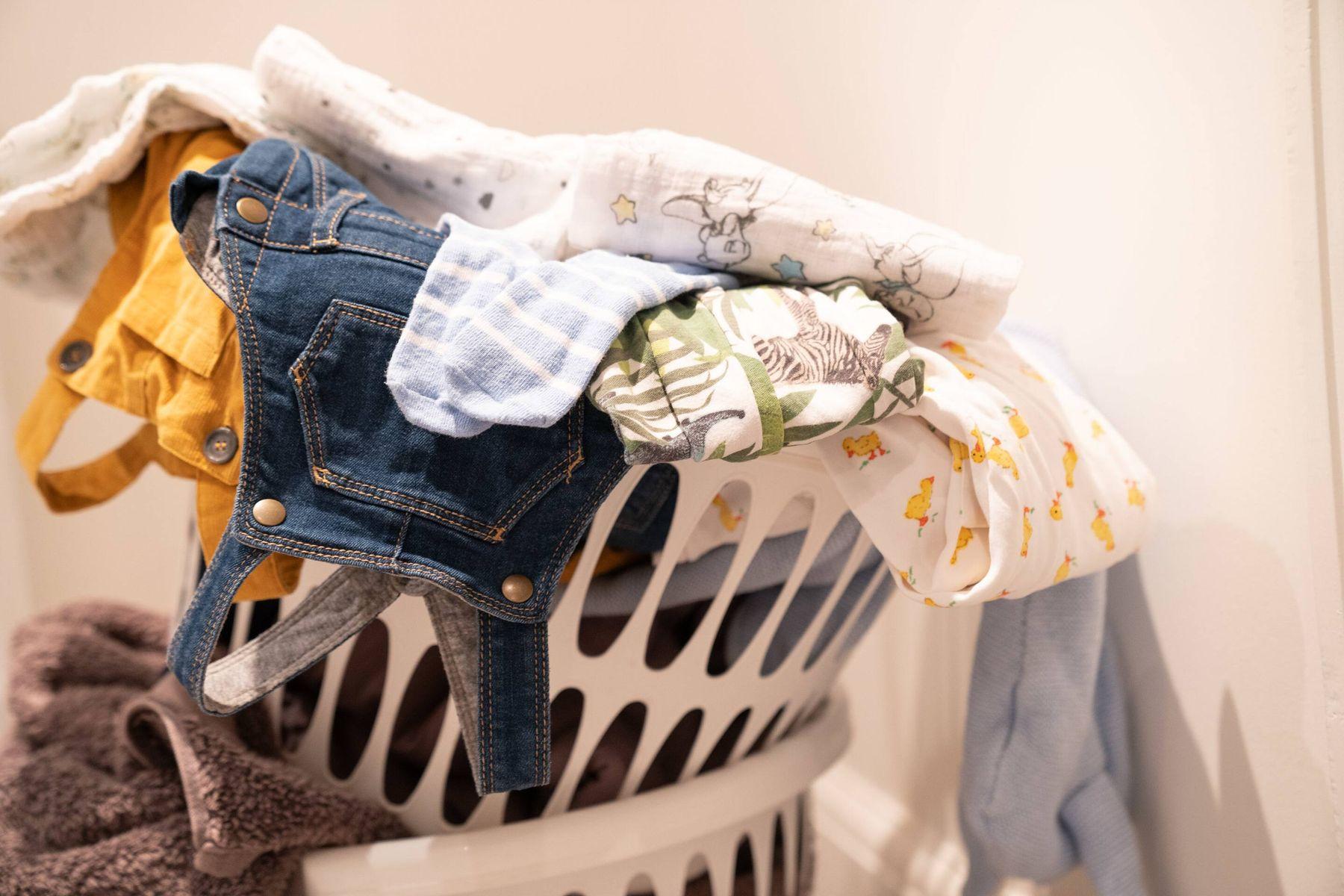 pila de lavado limpio en una canasta de lavado de plástico