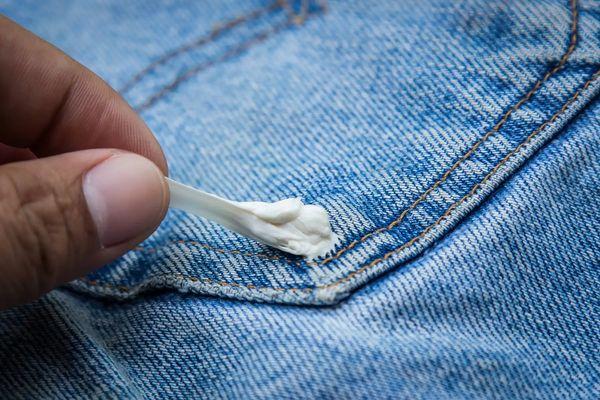 Quần áo dính kẹo cao su giặt như thế nào