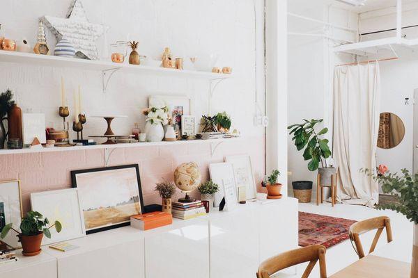 helles Wohnzimmer mit Blick auf ein ordentliches Regal
