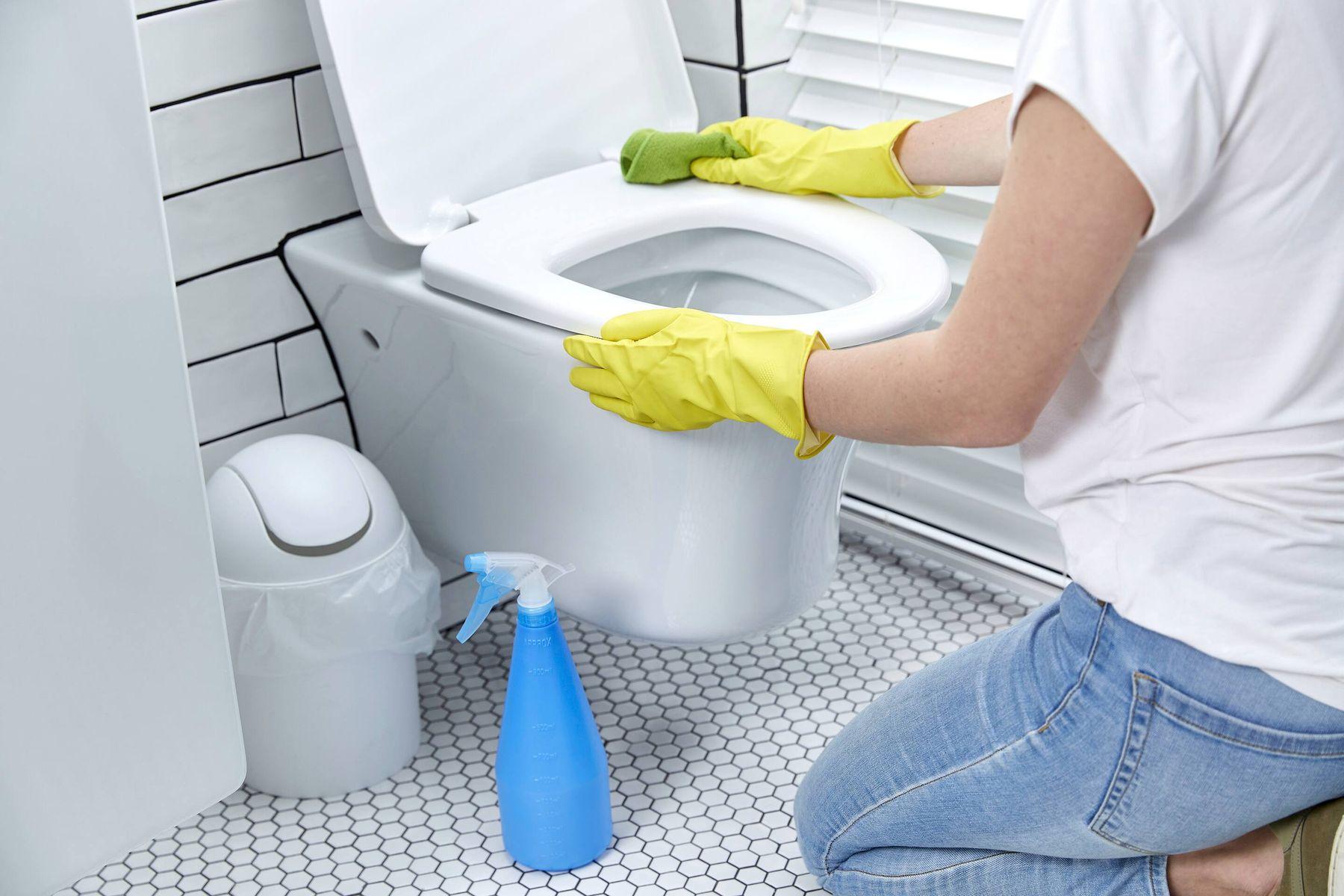 dọn vệ sinh với nước tẩy bồn