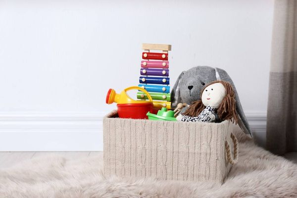 Mainan anak-anak di keranjang