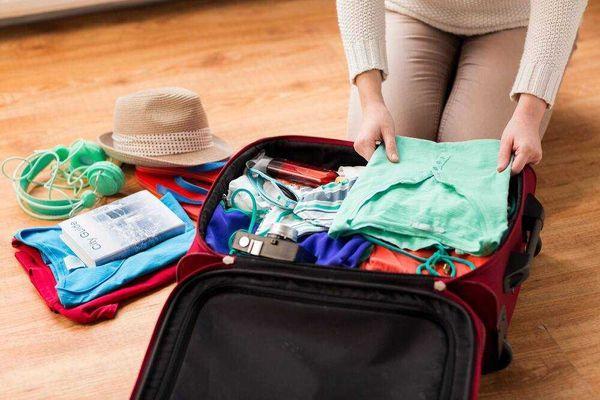 Gấp quần áo vào vali khi đi du lịch