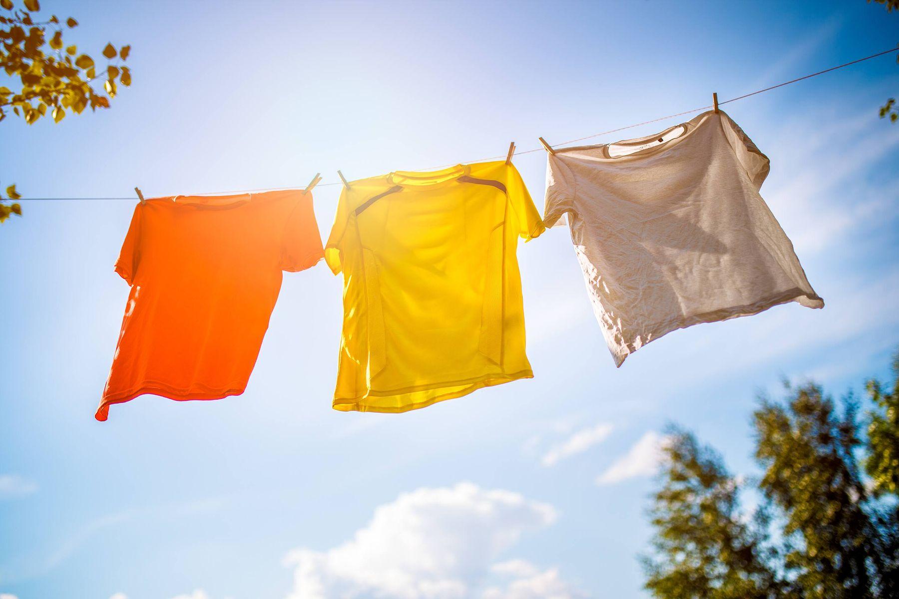 Açık havada kuruyan renkli çamaşırlar