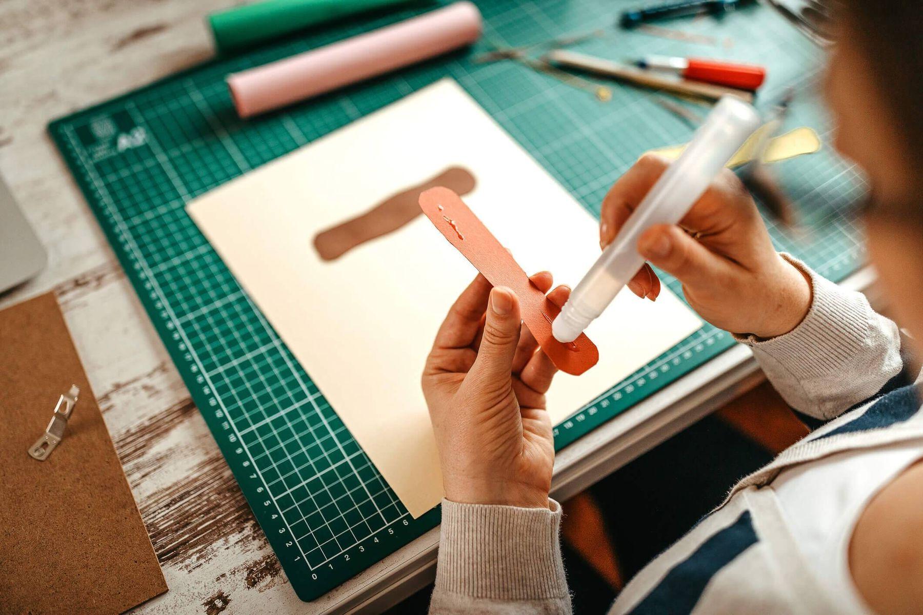 Desenho de criança de teia colorido em folha branca sobre mesa de madeira