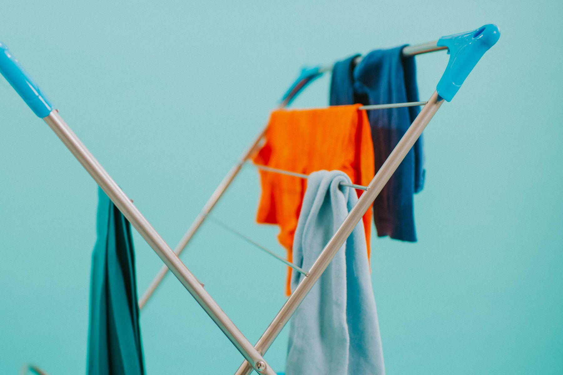 Roupas esportivas coloridas penduradas em um varal de chão