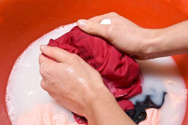 Tẩy quần áo màu dính bẩn mà không gây hại sợi vải, mẹ đã biết chưa?