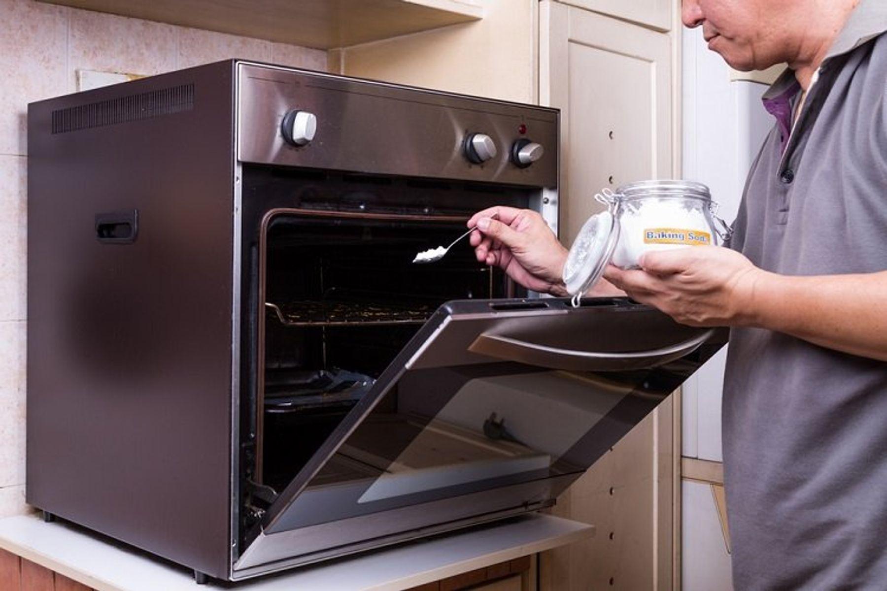 Vệ sinh lò nướng bằng baking soda