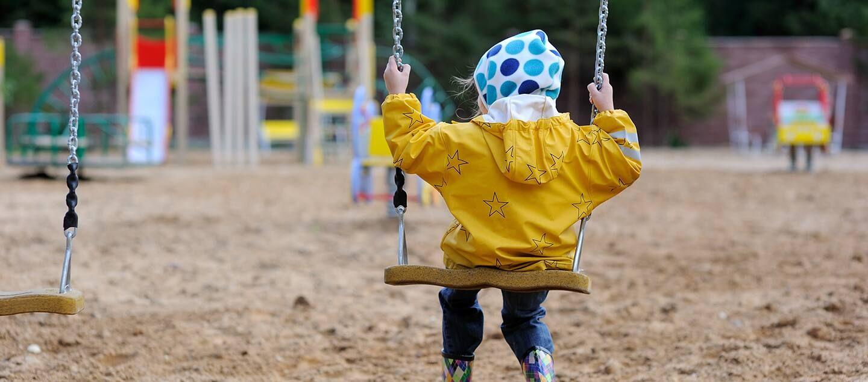 chọn áo mưa cho bé