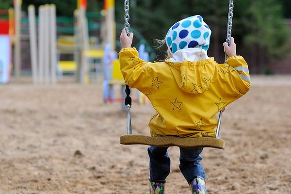 Làm sao để giặt áo mưa của bé và người lớn hết hôi và sạch bùn đất?