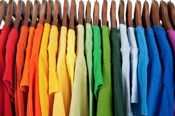 Thời tiết nắng nóng, làm sao để giữ quần áo luôn bền màu?