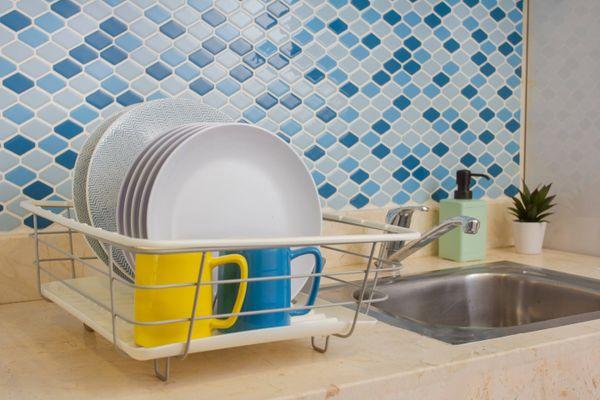 Có nên sử dụng dung dịch tẩy rửa để vệ sinh bồn rửa chén?