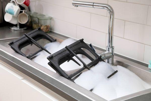Hướng dẫn 3 bước tẩy cặn canxi bám trên vòi nước chậu inox