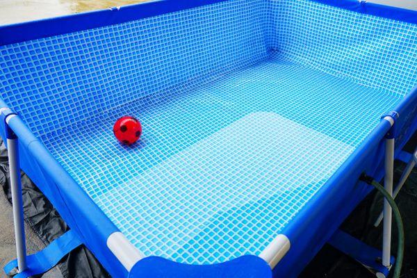 Piscina de plástico vazia com uma bola infantil dentro