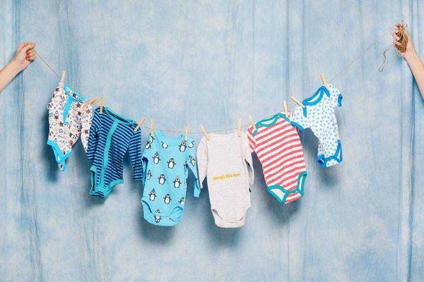 Vệ sinh quần áo cho bé sạch sẽ để không bị nổi hạt sần sùi