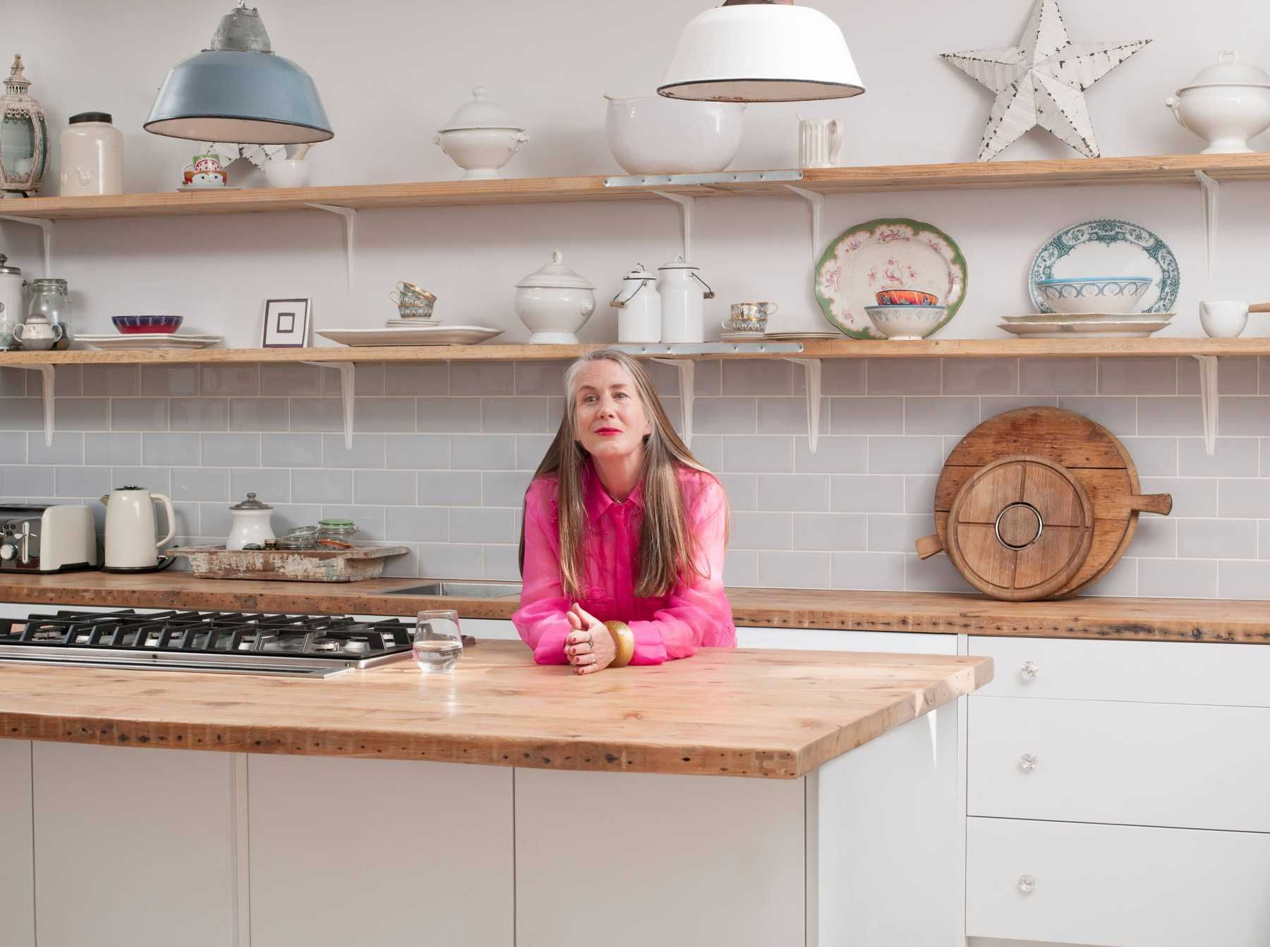 trang trí nhà bếp đơn giản mà đẹp với kệ gỗ nghệ thuật