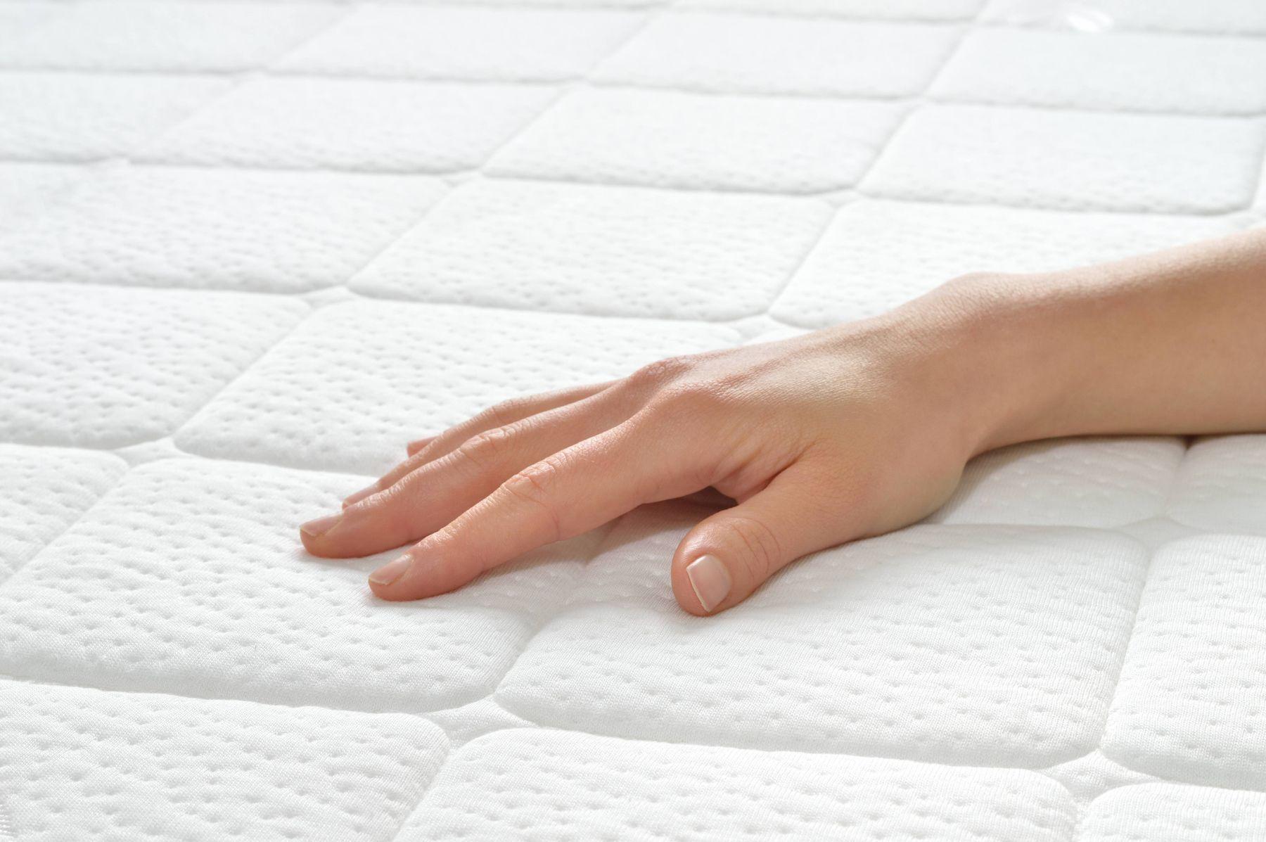 Dùng khăn ẩm để lau sạch vết nước trên bề mặt nệm