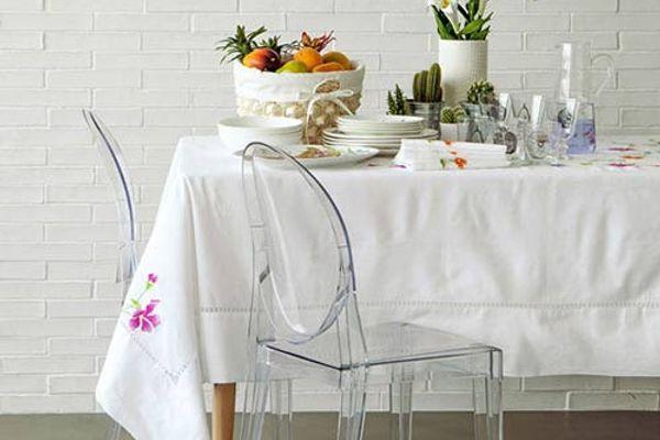 Làm sạch vết dầu mỡ trên khăn trải bàn trắng hữu hiệu