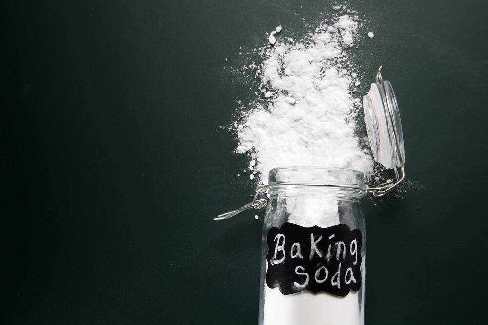 Khử mùi túi xách da bằng cách dùng bột baking soda