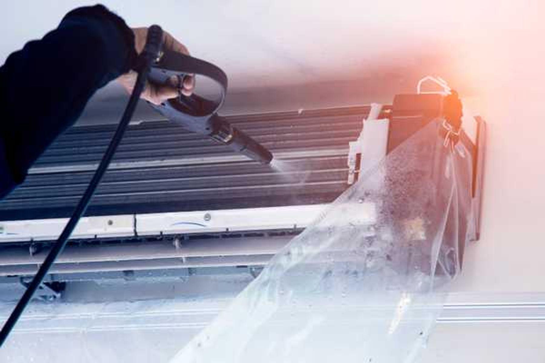 Cách tháo máy lạnh, điều hòa - Tháo vít giữ lõi thân máy để xịt nước vệ sinh