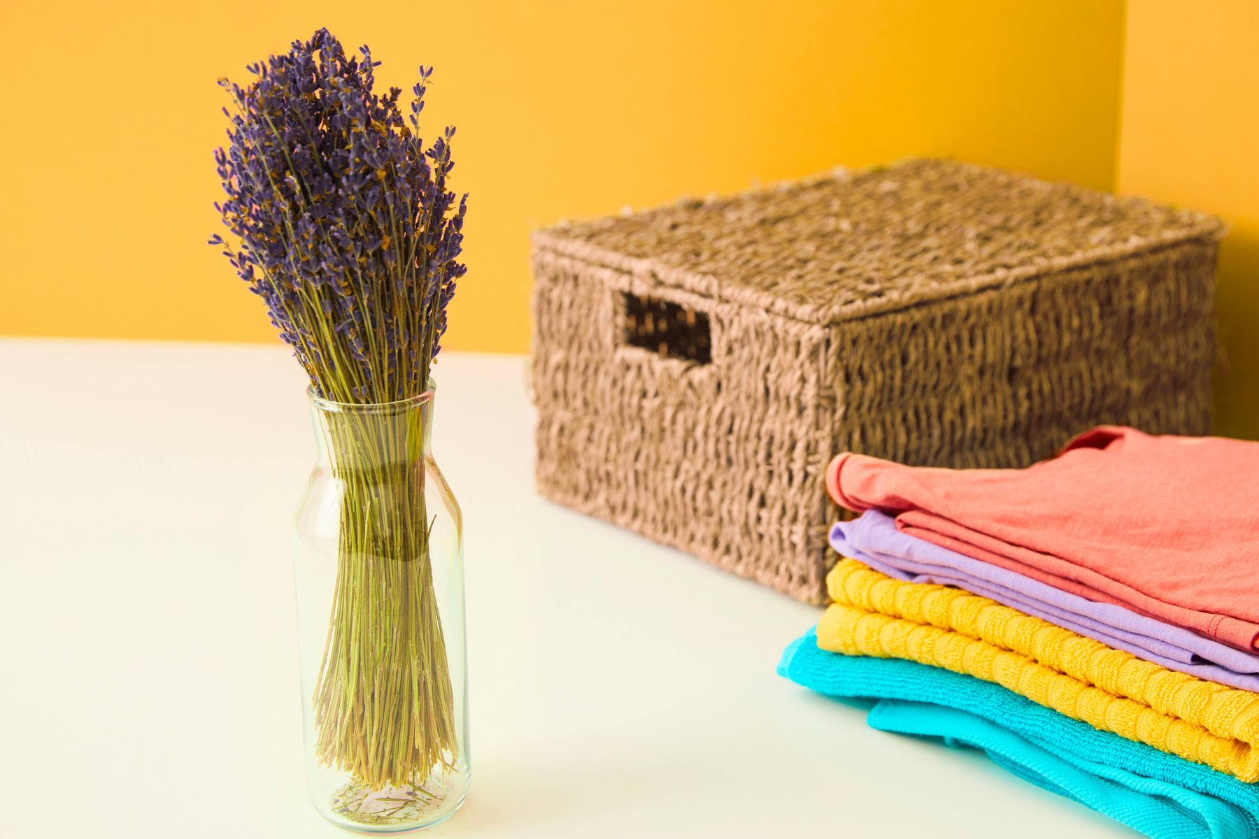 Tumpukan pakaian dan lavender dalam di dalam vas