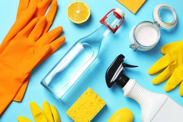 citron, gants de nettoyage, verre de vinaigre blanc, produits de nettoyage sûr