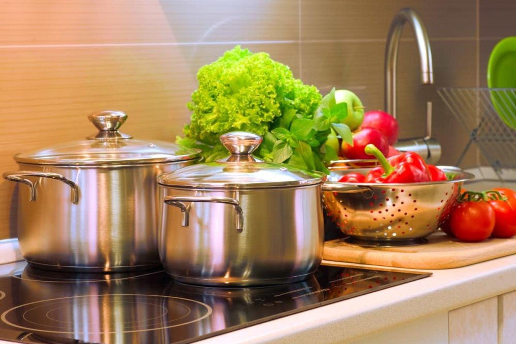 Mutfakta Çelik Tencereler ve Taze Sebzeler