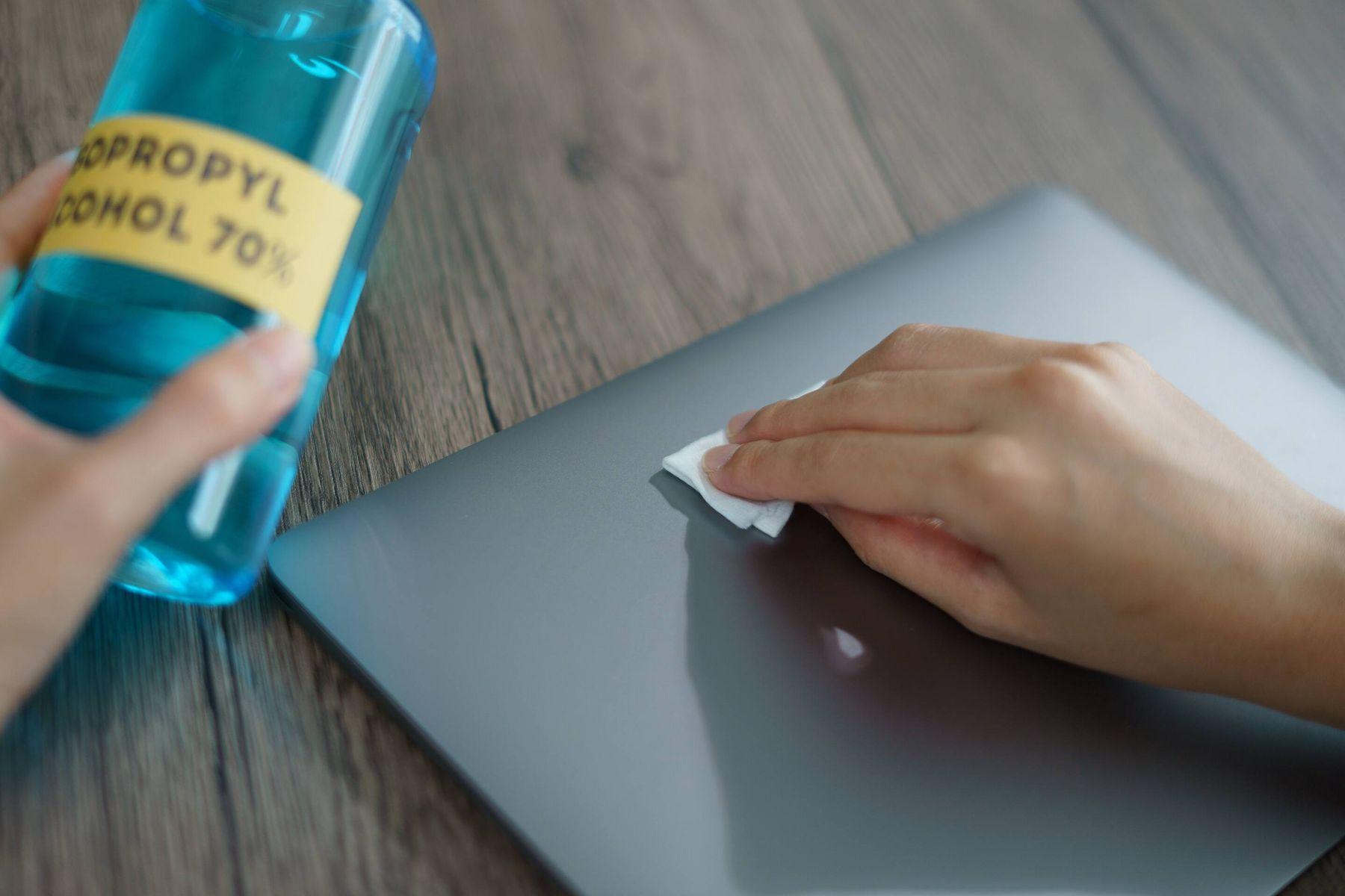 Cách vệ sinh vỏ laptop bằng khăn lau microfiber và cồn alcohol 70 độ