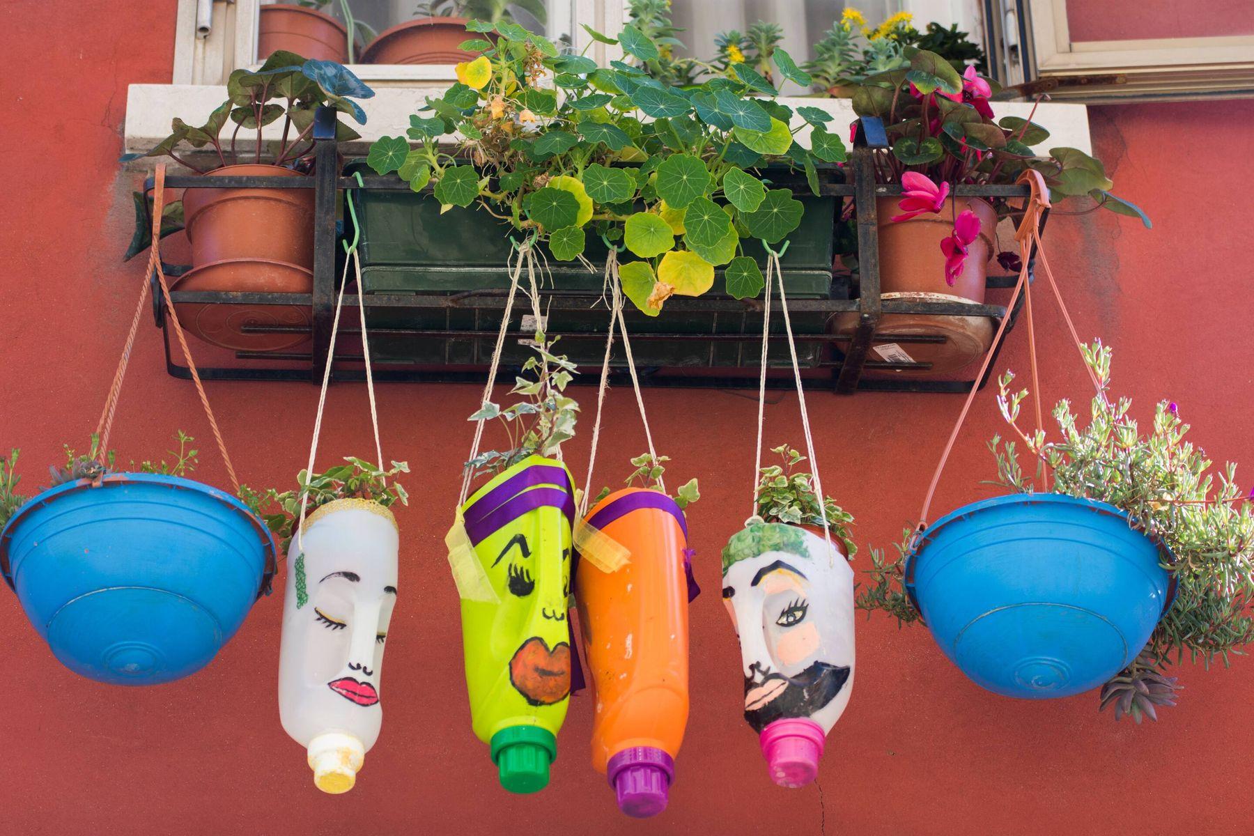 Cách tái chế chai nhựa thành chậu hoa hoặc chậu trồng rau treo thẳng đứng